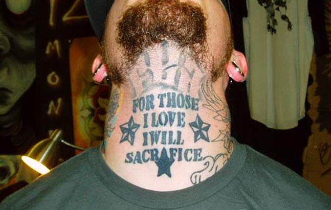 tatovering på halsen
